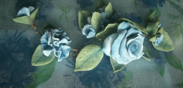 rose-azzurre-in-pasta-di-mais-su-coperchio-in-vetro.jpg